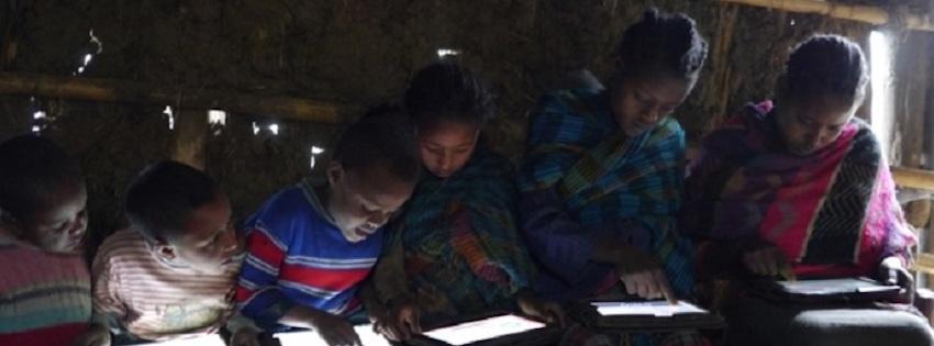 Des enfants accèdent à internet en zone rurale